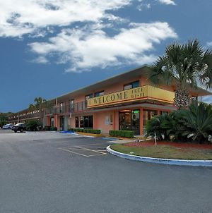 Super 6 Inn & Suites photos Exterior