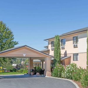Super 8 By Wyndham Grants Pass photos Exterior