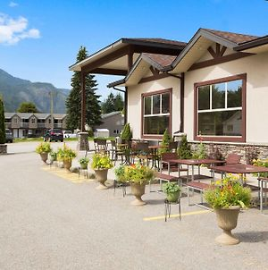 Days Inn & Suites By Wyndham Revelstoke photos Exterior