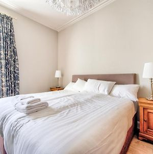 Beautifully Presented, Well Located, 2 Bed Apt. photos Exterior
