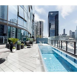 Chic 2-Bedroom Apartment High Above The City photos Exterior