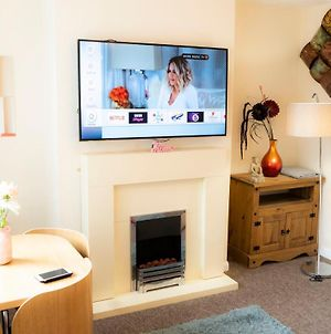 Stunning & Cosy 3 Bedroom House, Sleeps 11 Guests, Free Car Parking & Super Fast Wifi ! photos Exterior
