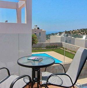 Enjoy The Wonderful Amenities Offered By This 3 Bedroom Villa With Its Own Pool photos Exterior