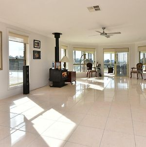 Noble Willow Estate Lovedale. Super Spacious, With Views And Pool photos Exterior
