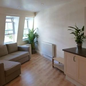 Modern 1 Bedroom Flat With Great Transport Links photos Exterior