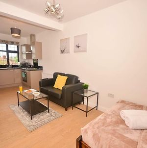 Tranquil Studio Apartment Near Qe Hospital & Uob A photos Exterior