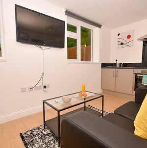 Modern Studio Apartment Near Qe Hospital & Uob C photos Exterior