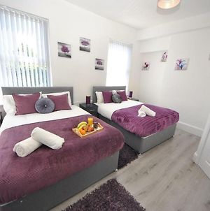 Air Host And Clean - Huge 4 Bedroom, 3 Bathroom House Sleeps 13. 10 Minutes To City Centre photos Exterior
