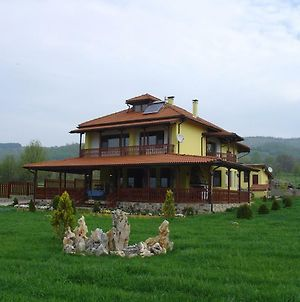 Vila On A Lake Lyastoviche Gnezdo Near Troyan photos Exterior