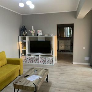 3 Room Apartment 2 Minutes Away From Ploiesti photos Exterior