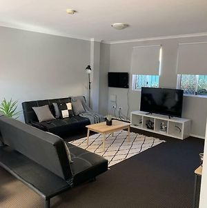 Cozy 3Br Townhouse In Liverpool Cbd With Parking photos Exterior