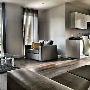 Luxury 2 Bed 2 Bath Apartment 18 Mins From Central London photos Exterior