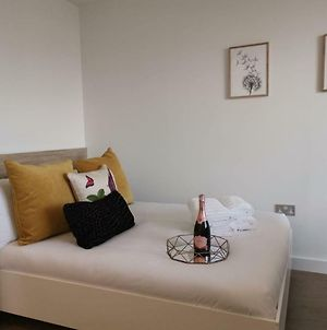 Very Central 2 Mins To Canals 17Th Floor City View - Studio Apartment photos Exterior