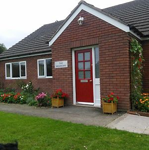 Self-Contained Bungalow Annexe With Kitchen/Diner, Bathroom, Sitting Room, And Bedroom. Guests Will Be Given Key To Their Own External Door. Ample Parking, Lovely Walking Area, 10 Minute Walk To Town Centre And Railway Station. photos Exterior