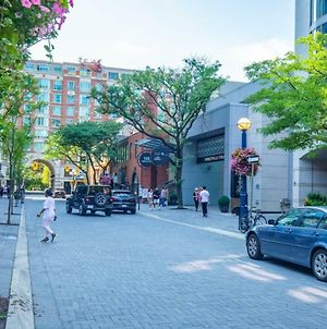 Luxury Living In Yorkville! Steps To Everything! photos Exterior