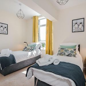 Spacious Contractor Apartment For Large Groups With Parking - Pure Abodes Serviced Accommodation photos Exterior