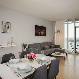 Modern 2 Bedroom Condo In Center Downtown Toronto With Waterfront View And Free Parking photos Exterior