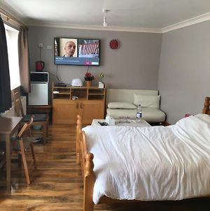 Furnished Large Studio Flat - Up To 4 Guests photos Exterior