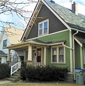 Comfortable 3 Bedroom Craftsman Bungalow In Milwaukee'S Bay View Neighborhood photos Exterior