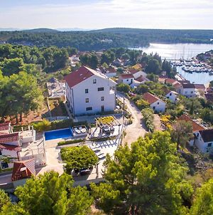 Six-Bedroom Holiday Home Milna With Sea View 04 photos Exterior