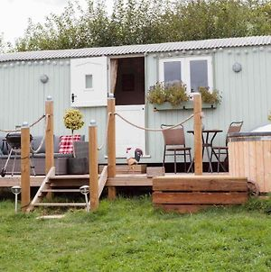 Shepherds Hut With Hot Tub photos Exterior