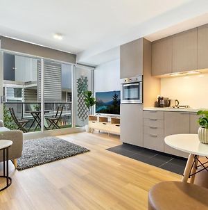 Clean Modern Apartment 15 Mins From City On Tram photos Exterior