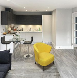 Brand New Luxury Serviced Apartment 7Mins To Windsor photos Exterior