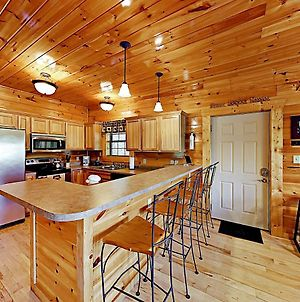 Peaceful Serenity With Private Hot Tub & Game Room Cabin photos Exterior