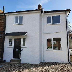 Modern Rochester 3 Bed House With Private Parking photos Exterior