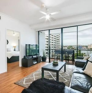 Modern 2 Bedroom River View Apartment In Docklands photos Exterior