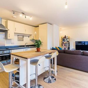 Contemporary And Bright 2 Bed Flat In East London photos Exterior