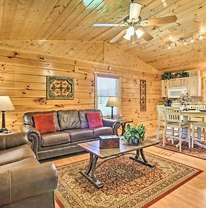 Quaint Sevierville Cabin With Hot Tub, Yard And 2 Decks photos Exterior