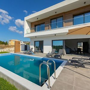 Villa Georgio, Walking Distance To Coral Beach! photos Exterior