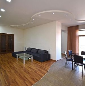 Tumanyan Street 3 Bedroom Deluxe Apartment With Large Balcony Tm662 photos Exterior