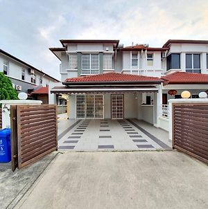 Kota Kemuning Holiday Villa By Beestay 10 Pax photos Exterior