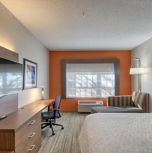 Holiday Inn Express Hotel & Suites Oshkosh photos Room