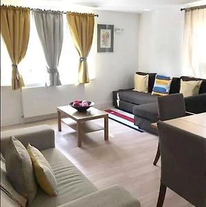 Apartment With 2 Bedrooms In Greater London With Wonderful City View Furnished Balcony And Wifi photos Exterior