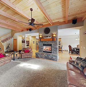 New Listing! Huge All-Season Retreat With Hot Tub Townhouse photos Exterior