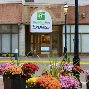 Holiday Inn Express Toronto Downtown, An Ihg Hotel photos Exterior