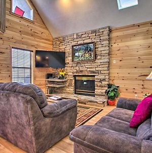 Ideally Located Home With Hot Tub In Pigeon Forge! photos Exterior