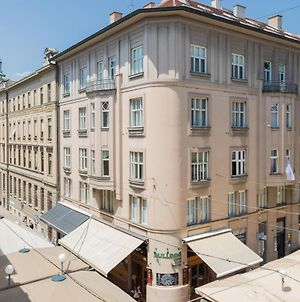 150Sqm Main Square Apt!-4 Units-Great For Groups! photos Exterior