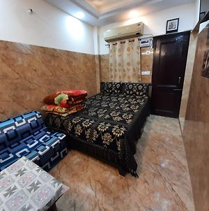 Couple Friendly Posh South Delhi Foreigners Area, Very Safe, Attached Kitchen And Washroom, Wifi With Android Tvs, Cream Location photos Exterior